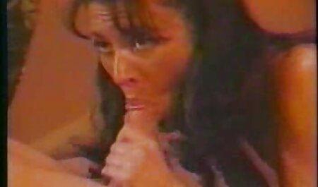 طول می کشد یک زن باردار در مقابل دوربین در سونا بازی سکسی واقعی