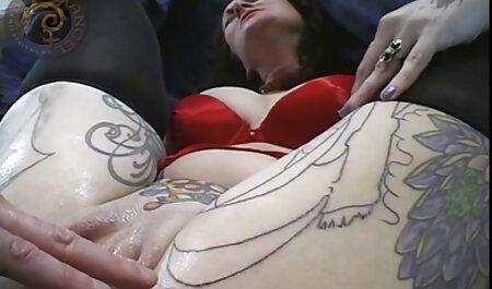 یک زن مسلمان در حجاب دهان او را باز کرد و به طور مستقیم شروع به دادن یک بازی فوق سکسی ضربه کرد