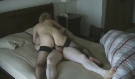 ماهرانه نوازش سخت دیک با زبان بازی های سکس بازیگوش